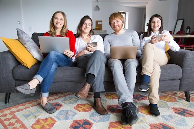 Grupo de colegas freelancers que trabalham em casa Foto gratuita