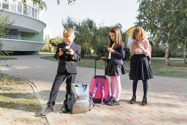 Grupo de crianças com telefones móveis Foto Premium