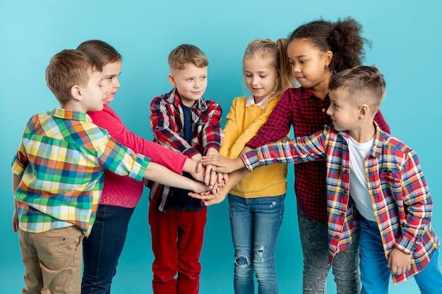 Grupo de crianças fazendo aperto de mão Foto gratuita