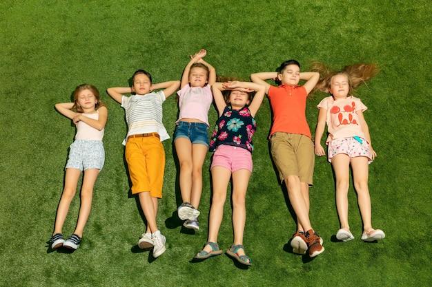 Grupo de crianças felizes brincando ao ar livre. Foto gratuita