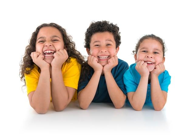 Grupo de crianças felizes rindo Foto Premium