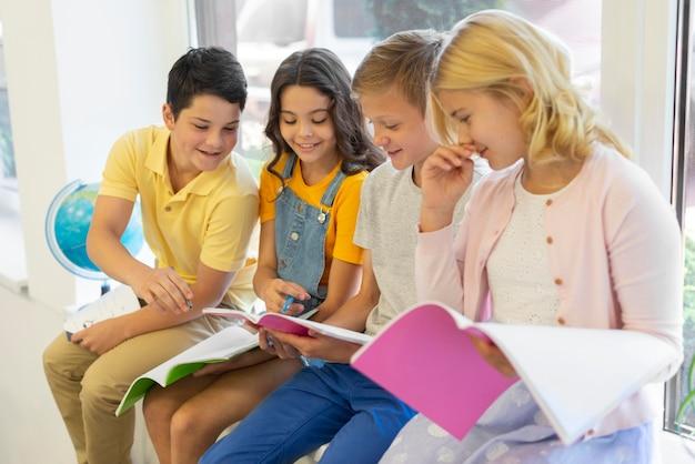 Grupo de crianças lendo Foto Premium