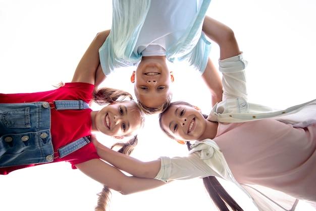Grupo de crianças vista inferior Foto gratuita