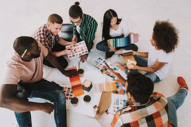 Grupo de designers inter-raciais trabalha no escritório Foto Premium