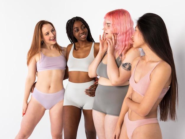 Grupo de diferentes mulheres bonitas Foto gratuita