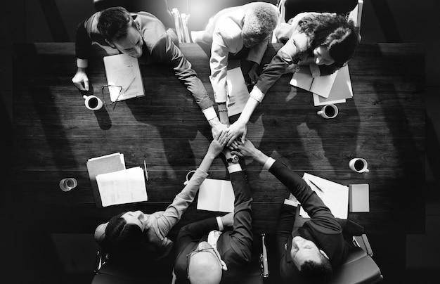 Grupo de diversas pessoas com as mãos a juntar as mãos Foto gratuita