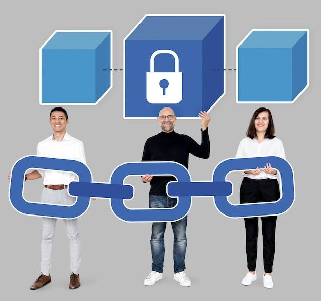Grupo de diversas pessoas com criptografia de cadeia de bloco Foto gratuita
