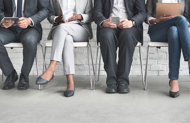 Grupo de diversas pessoas estão à espera de uma entrevista de emprego Foto Premium