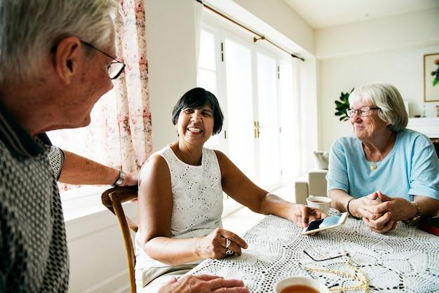 Grupo de diversas pessoas idosas usando telefone celular Foto Premium