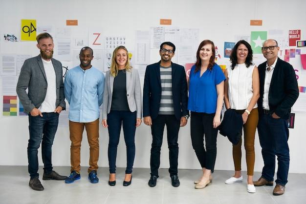 Grupo de diversas pessoas participando do curso de negócios de inicialização Foto gratuita