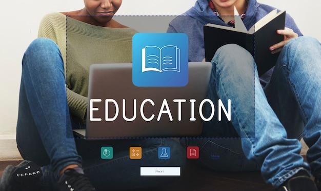 Grupo de diversidade de estudantes usando laptop e livros Foto gratuita