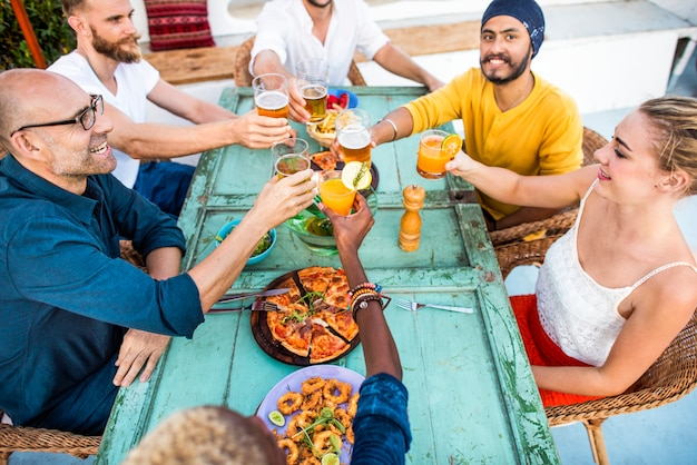 Grupo de diversos amigos estão se reunindo Foto Premium