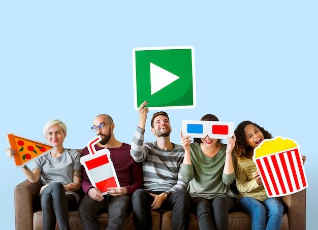 Grupo de diversos amigos segurando emoticons de filme Foto Premium