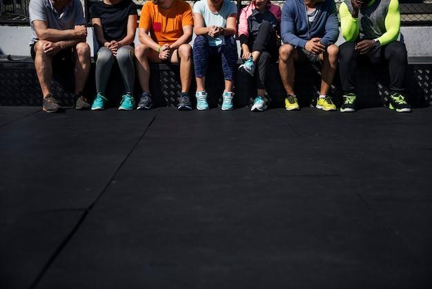 Grupo de diversos atletas sentados juntos Foto Premium