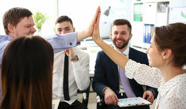 Grupo de empresário e empresária comemorando a vitória Foto Premium