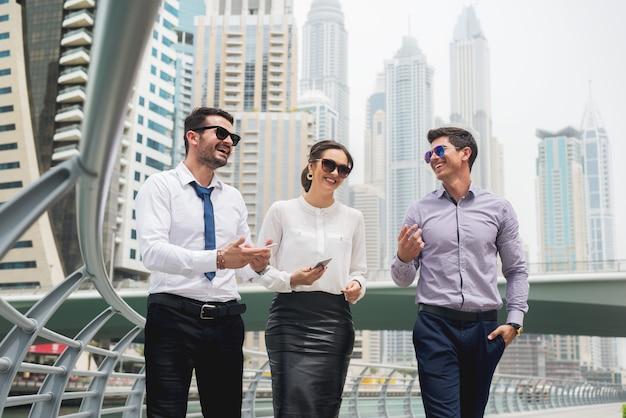 Grupo de empresários andando conversando. Foto Premium