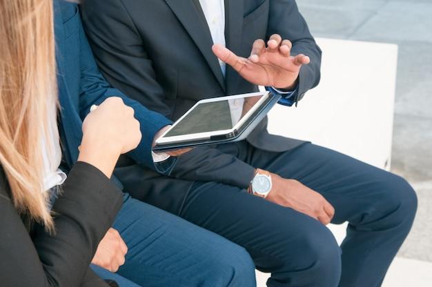 Grupo de empresários assistindo apresentação no tablet Foto gratuita