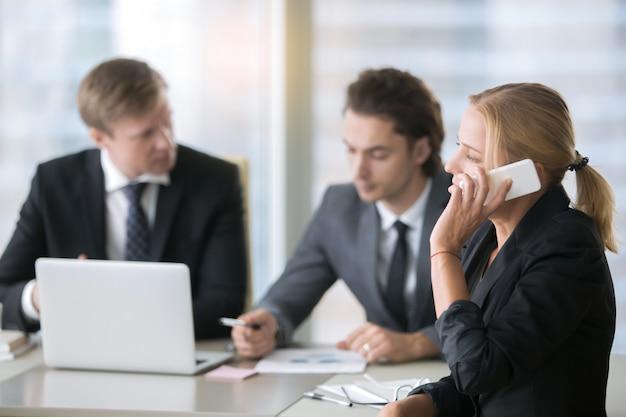 Grupo de empresários na mesa do escritório com laptop Foto gratuita