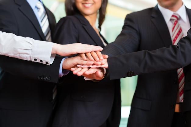 Grupo de empresários no escritório Foto Premium