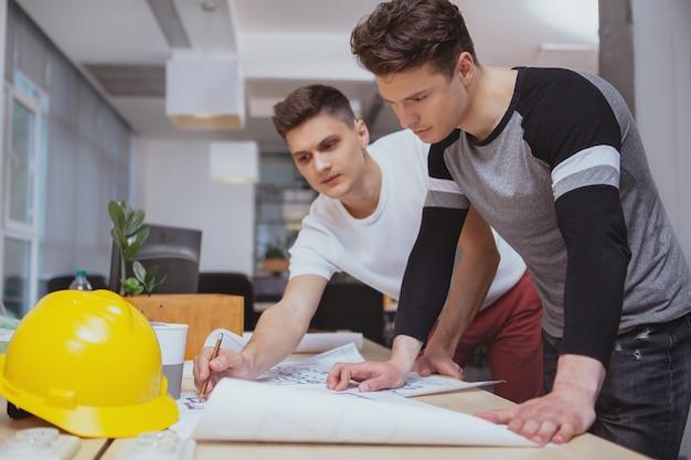 Grupo de engenheiros trabalhando juntos no escritório Foto Premium