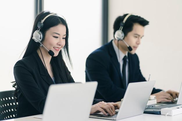Grupo de equipe de equipe de atendimento ao cliente de telemarketing em call center Foto Premium