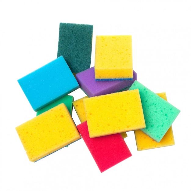 Grupo de esponjas de lavar louça coloridas isoladas no branco Foto Premium