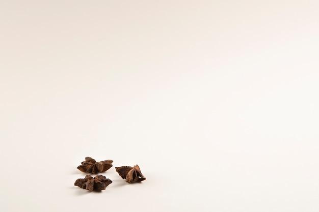 Grupo de estrelas de anis em fundo branco Foto gratuita