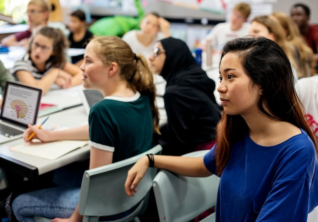 Grupo, de, estudantes, aprendizagem, em, sala aula Foto Premium