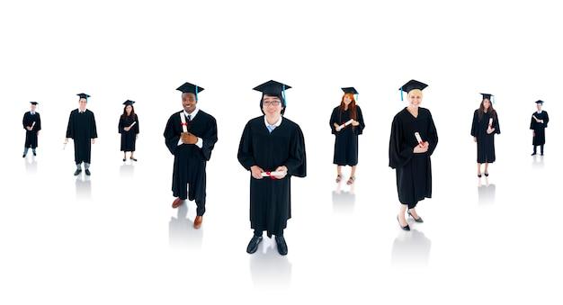 Grupo de estudantes de graduação bem sucedidos multiétnicas. Foto gratuita