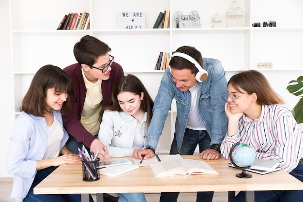 Grupo de estudantes fazendo projeto Foto gratuita