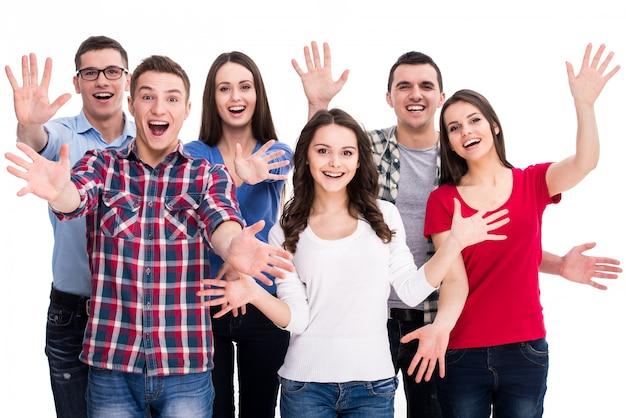 Grupo de estudantes felizes a sorrir estão de pé juntos. Foto Premium