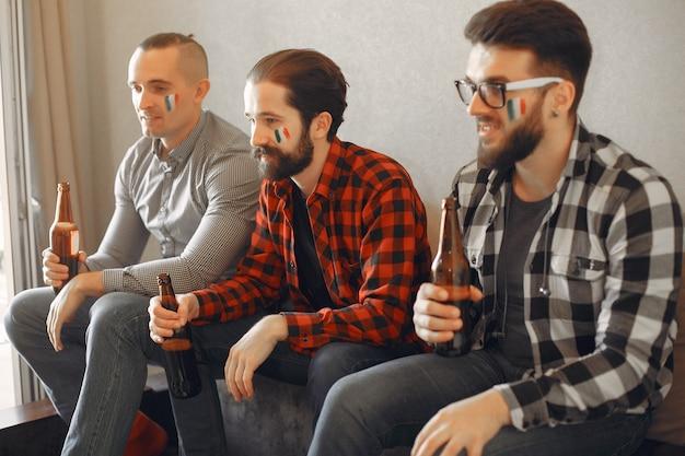 Grupo de fãs está assistindo futebol na tv Foto gratuita