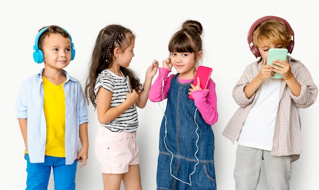 Grupo de felicidade de crianças fofos e adoráveis, ouvir música Foto Premium