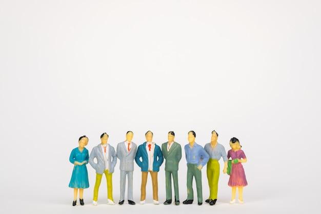 Grupo de figura empresário miniatura em fundo branco Foto Premium