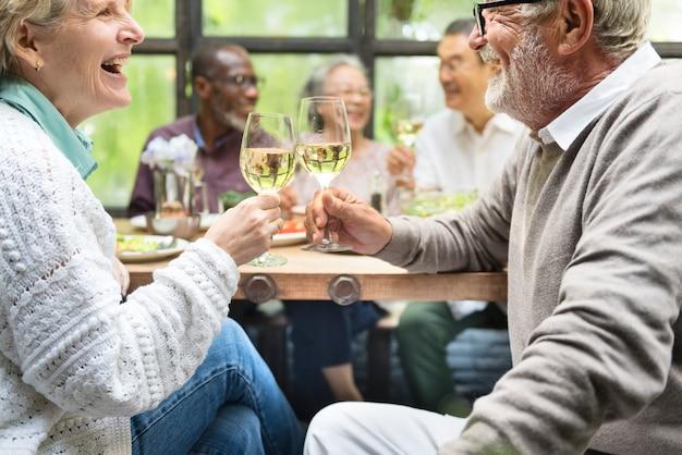Grupo de idosos aposentados felizes se encontram em um restaurante Foto Premium