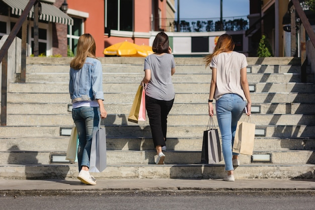 Grupo, de, jovem, mulher asian, shopping, em, um, mercado ao ar livre, com, bolsas para compras, em, seu, mãos Foto gratuita