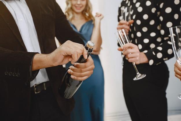 Grupo de jovens comemorando o ano novo. amigos bebem champanhe. Foto gratuita