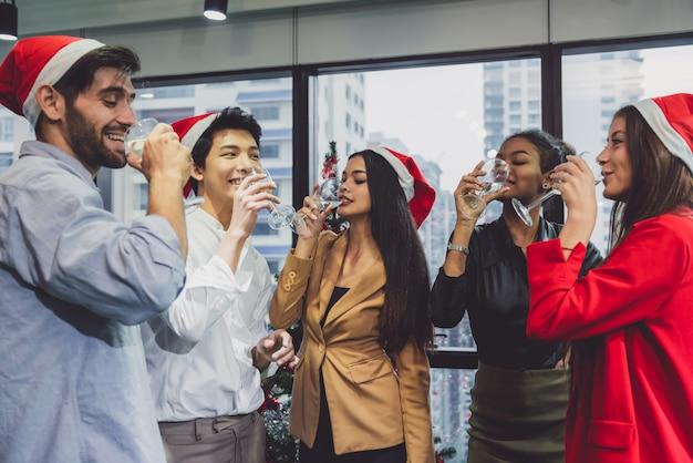 Grupo de jovens criativos felizes comemorando diversidade Foto Premium