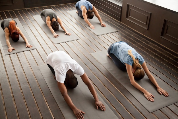Grupo de jovens em pose de criança, vista superior Foto gratuita
