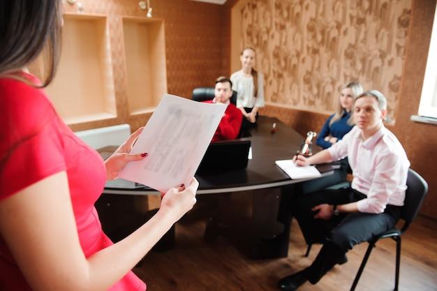 Grupo de jovens empresários em uma reunião no gabinete. Foto Premium