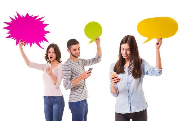 Grupo de jovens espera bolha colorida para texto. Foto Premium