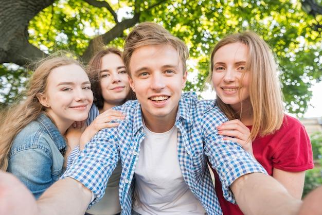 Grupo de jovens estudantes a tirar uma selfie Foto gratuita
