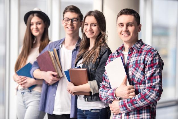 Grupo de jovens estudantes felizes em uma universidade. Foto Premium