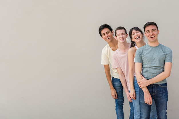Grupo de jovens felizes juntos Foto gratuita