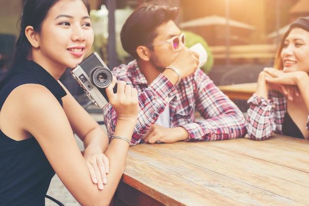 Grupo de jovens moderno sentado em um café, amigos alegre novo Foto gratuita
