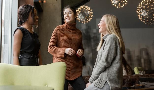 Grupo de jovens mulheres conversando em casa Foto gratuita