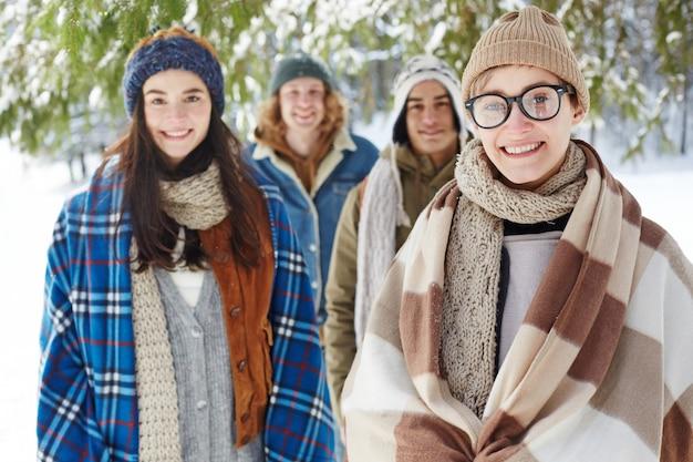 Grupo de jovens nas férias de inverno Foto gratuita