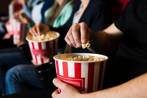 Grupo de jovens no cinema Foto gratuita