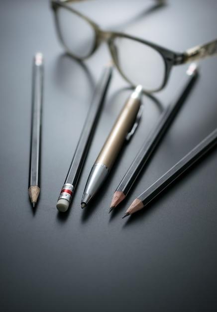 Grupo de lápis no foco do quadro-negro na borracha de lápis Foto Premium