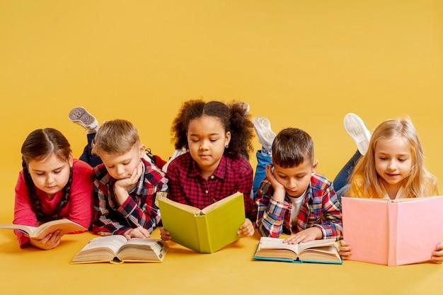 Grupo de leitura infantil Foto gratuita
